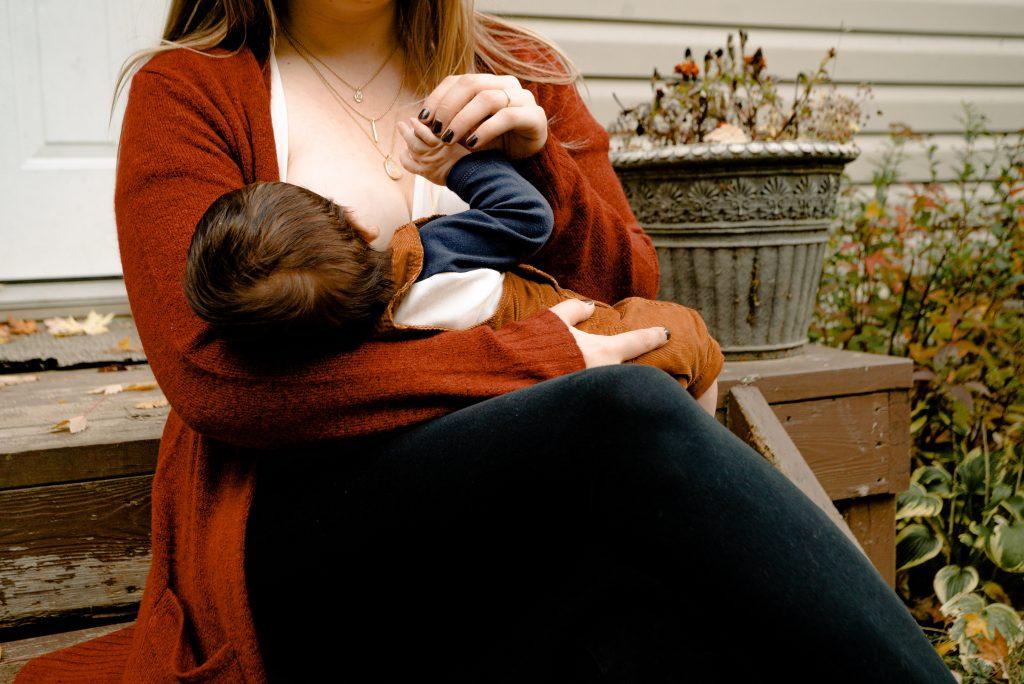 Может ли женщина кормить грудью, если она больна COVID: мнение доктора Комаровского
