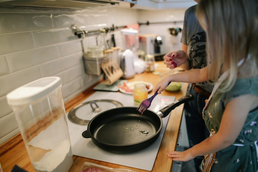 Что важно знать людям, которые используют посуду с антипригарным покрытием