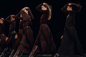 Яркое шоу: Hermès провели показ сразу в двух частях мира