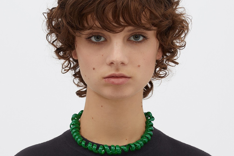 Телефонные шнуры за 2000 долларов: в сети смеются над новыми аксессуарами от Bottega Veneta
