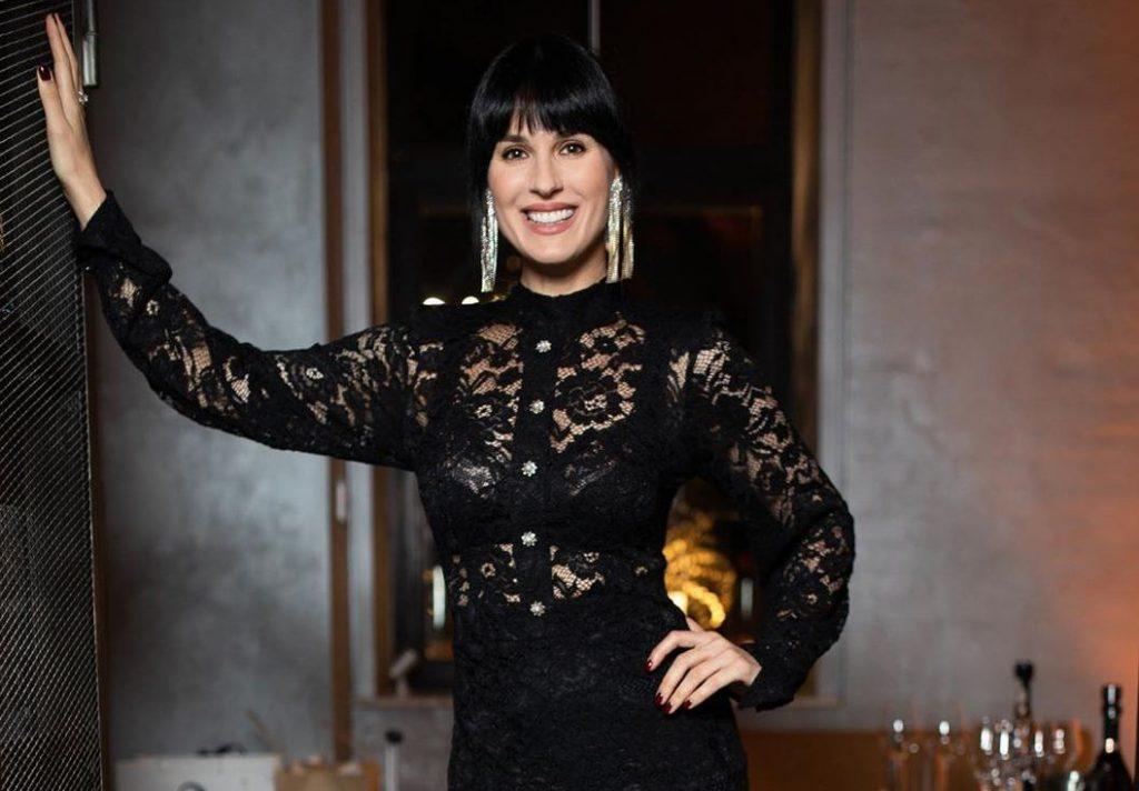 Маша Ефросинина показала, как выглядит самая трендовая блузка 2021 года