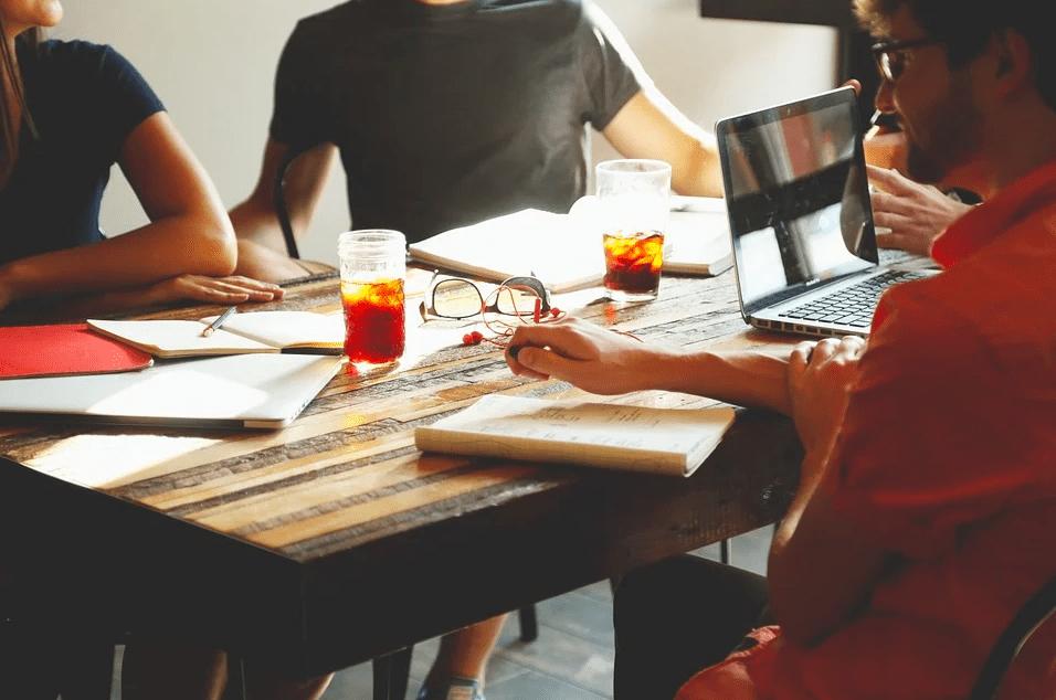 Женщина в мужском коллективе: 3 совета, как вести себя в такой ситуации