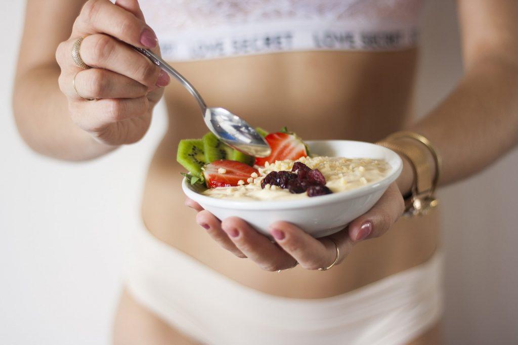 Как избавиться от жира на боках: полезные советы по питанию и тренировке