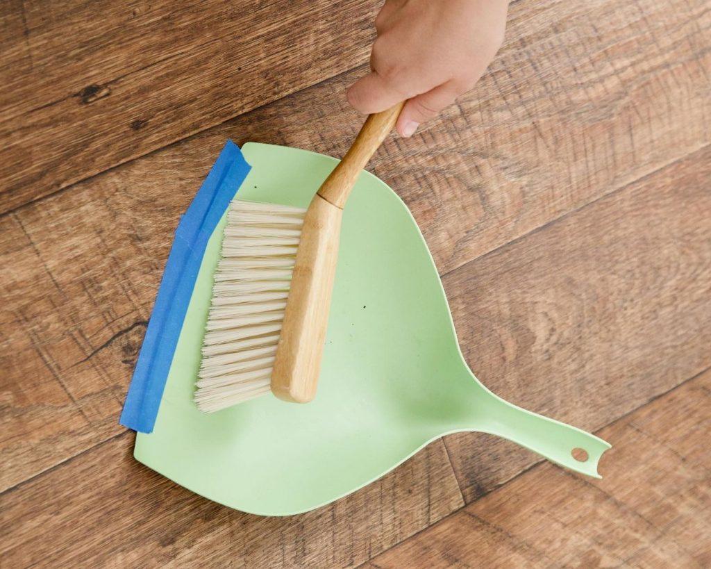 Совет №1 о том, как подмести оставшуюся линию пыли в совок