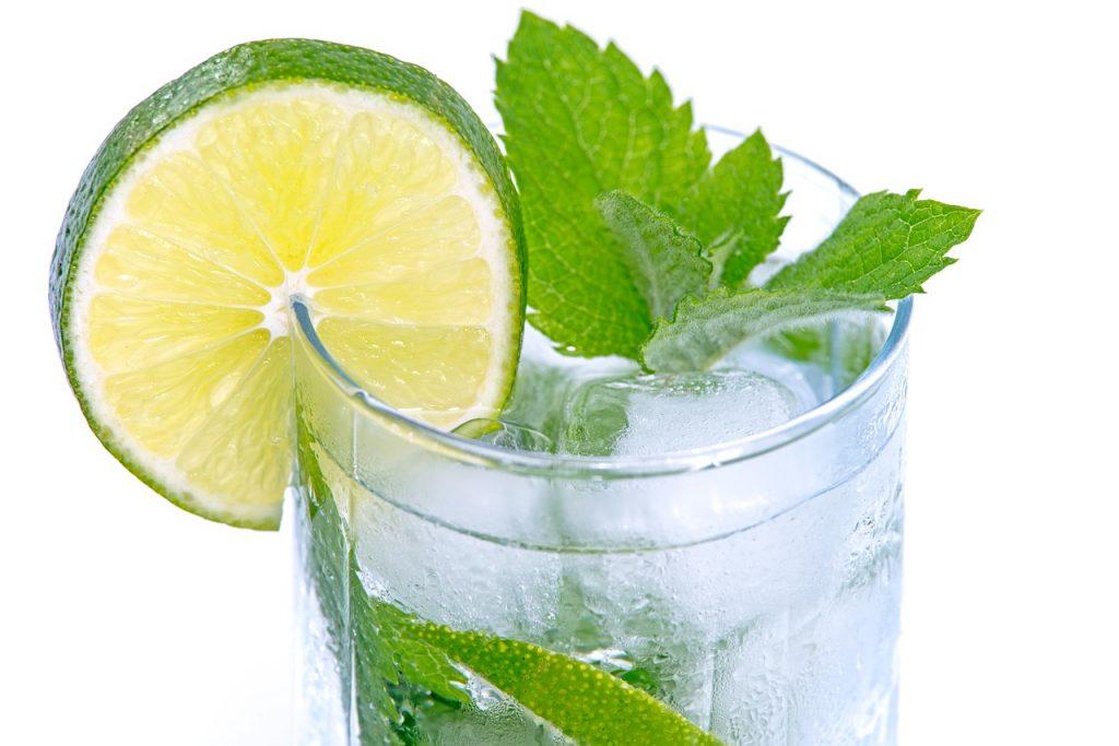 Вам следует добавлять лайм в стакан воды по следующей причине