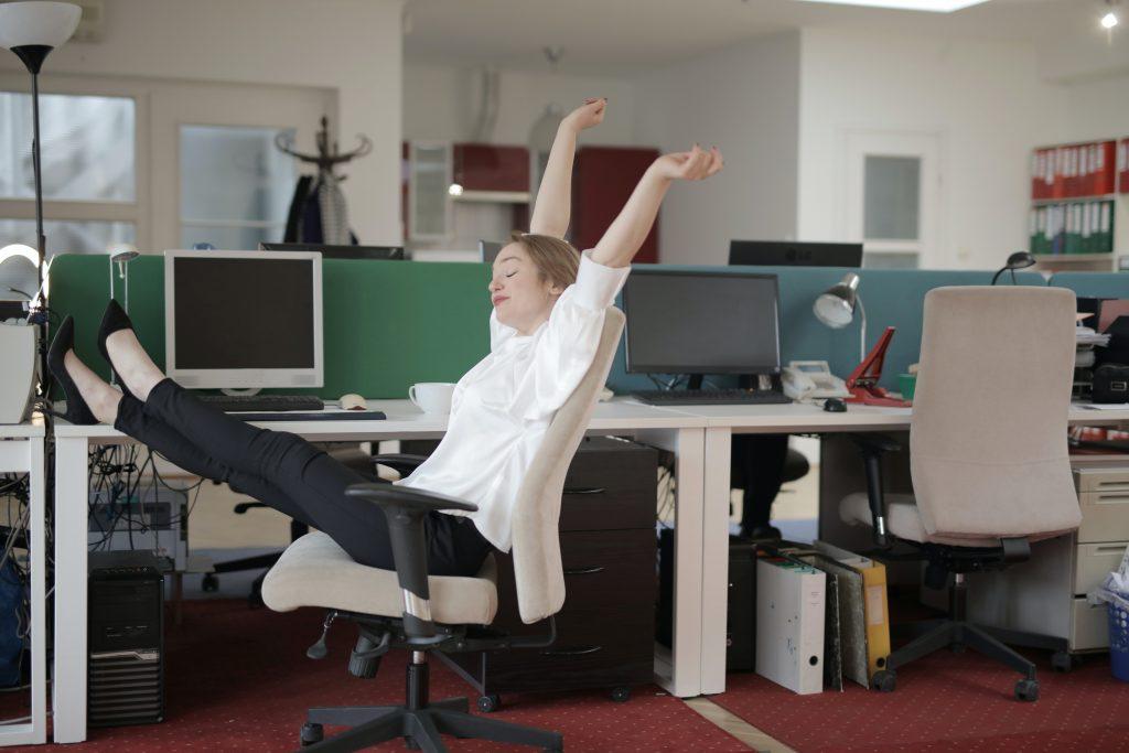 3 позы из йоги от боли в спине, для которых не нужно вставать со стула