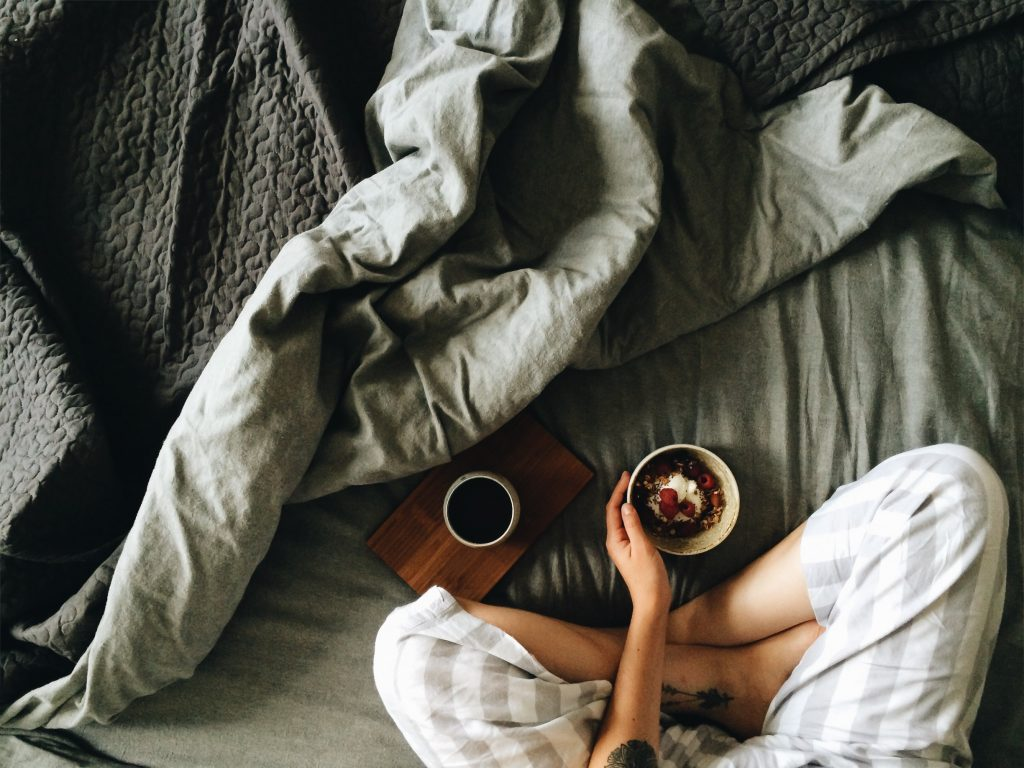 Почему нельзя есть в постели: последствия, о которых вы не догадывались