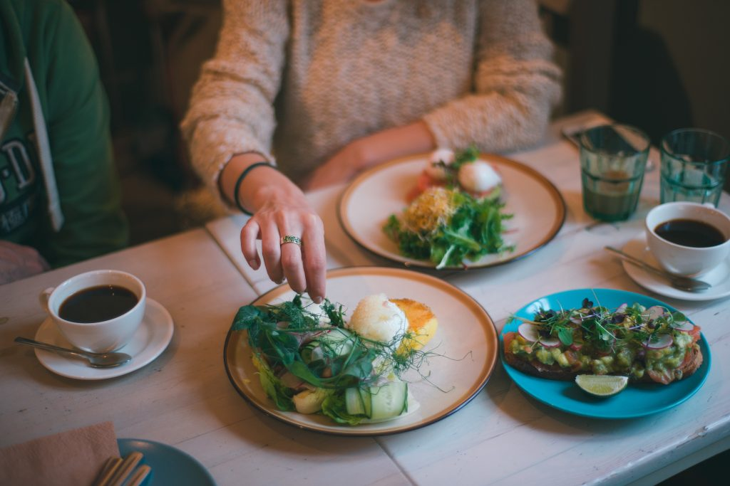 Худшее время для приёма пищи, которое вредит и фигуре, и здоровью