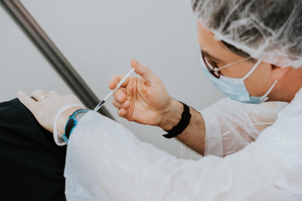 Правда о вакцине AstraZeneca и почему некоторые страны приостановили её использование