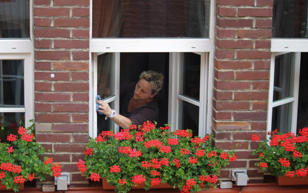 Простой совет по эффективному мытью окон, который вас удивит