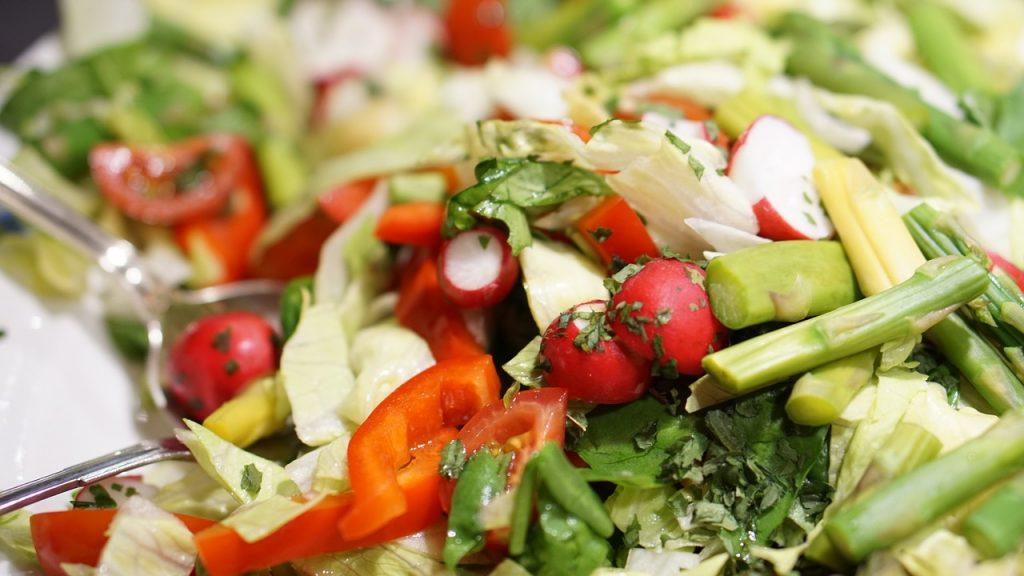 Новый рецепт весеннего салата, который идеально подойдёт для 8 марта