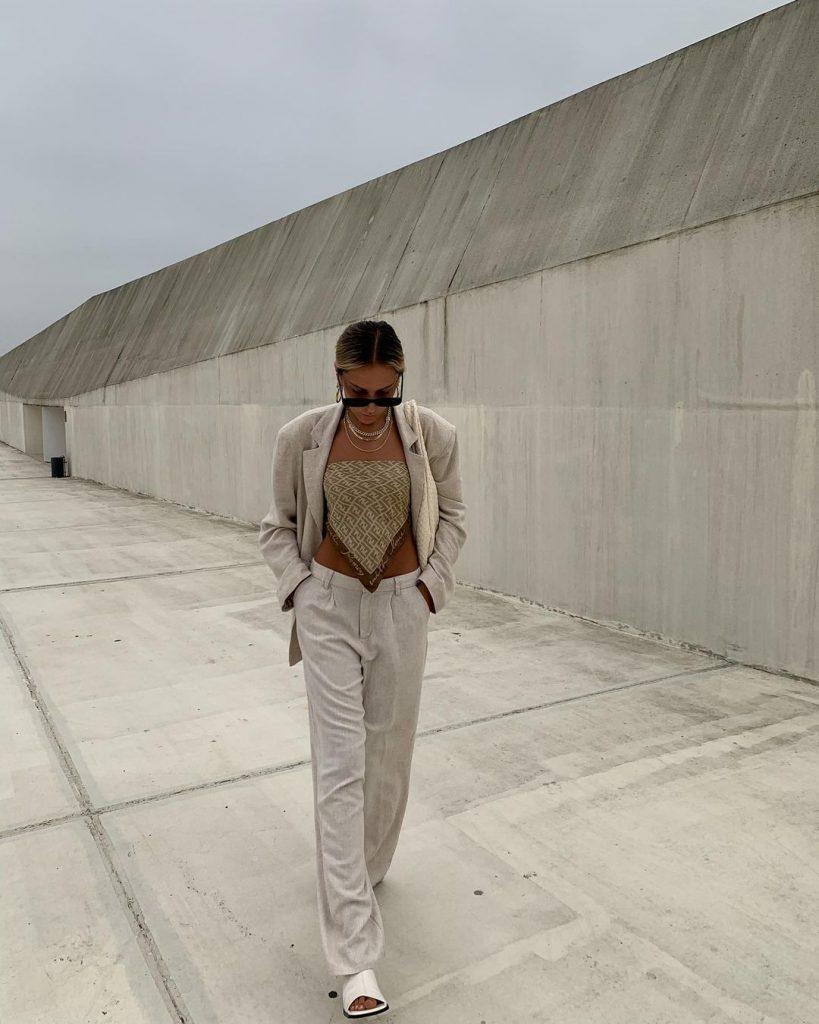 Подсматриваем у блогеров: 3 способа, как стильно носить платки в этом году