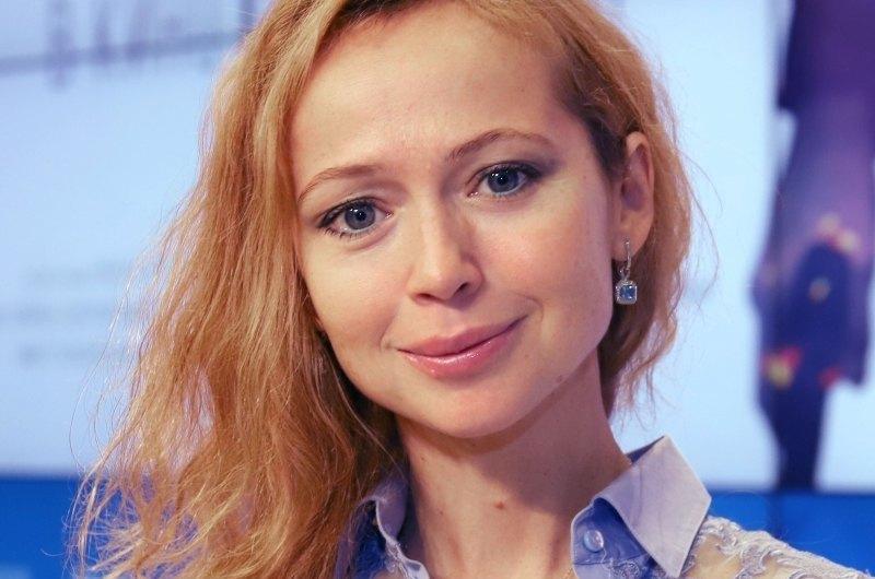 Поклонники оценили образ Елены Захаровой с трендовым принтом