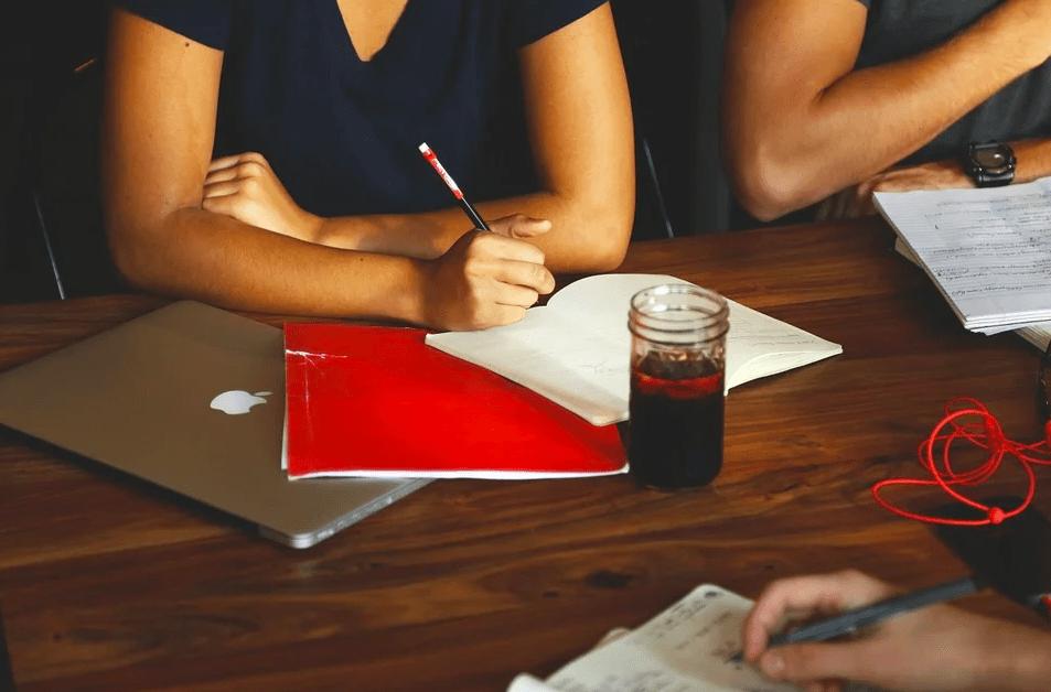 Как уволиться, но не переставать общаться с коллегами: 4 действенных совета