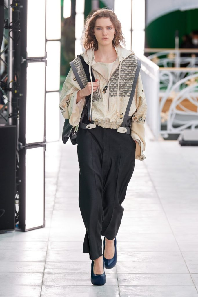 Остаемся стильными в дождь: 3 модных куртки на весну 2021 года