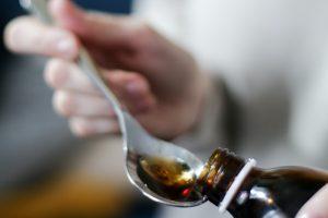Опасная и даже фатальная комбинация: с чем нельзя сочетать сироп от кашля?