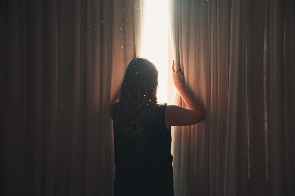 Почему в каждой спальне должны быть светонепроницаемые шторы?