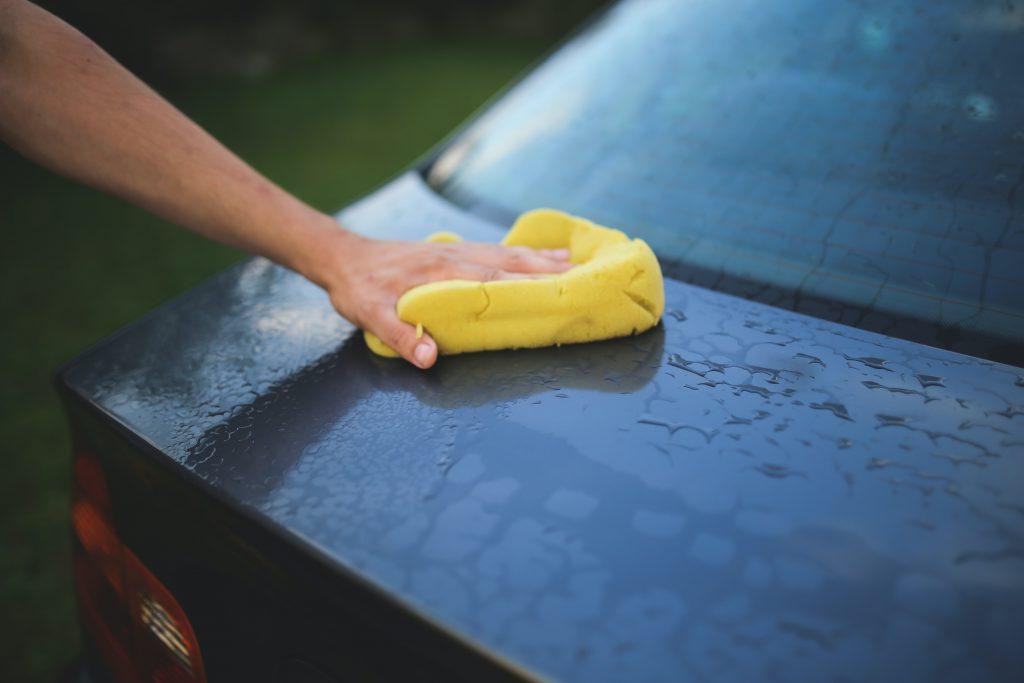 Как эффективно удалить пятна от жёсткой воды на машине с помощью подручных средств