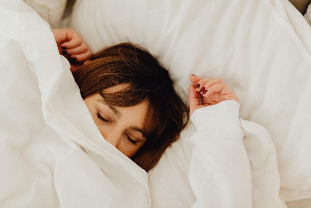 Одна вещь, которую стоит сделать с постельным бельём, чтобы защитить кожу