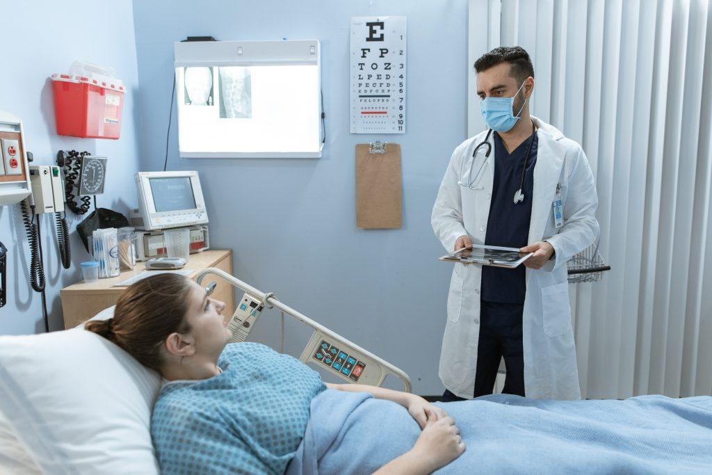 Каковы показания для лечения COVID в стационаре: рассказывает доктор Комаровский