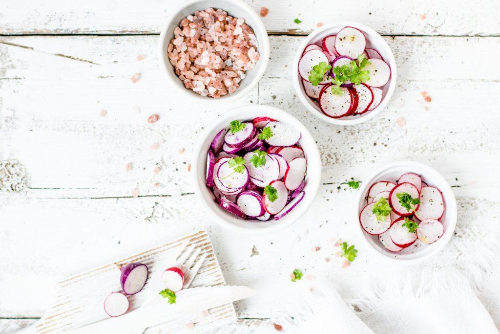 Салат из редиски, но без майонеза: полезная альтернатива за 15 минут
