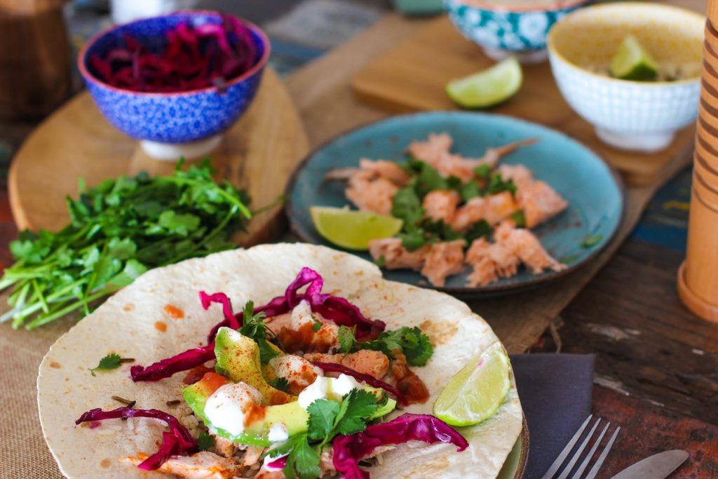 Что приготовить на Пасху: хрустящий салат с лососем и овощами за 10 минут