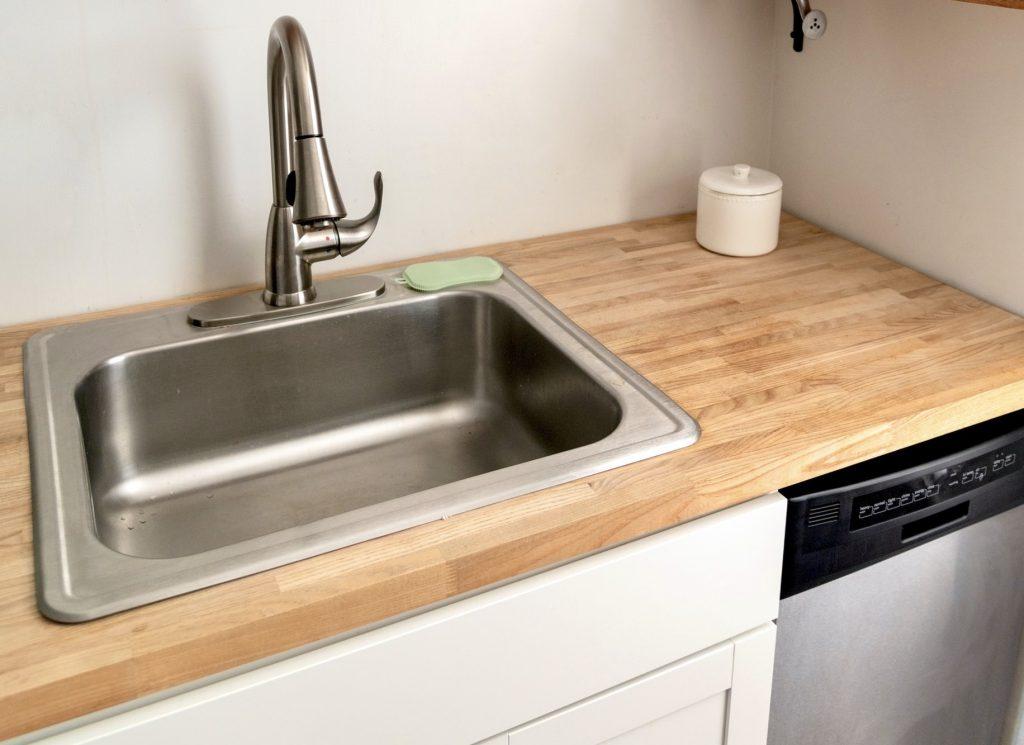 Удивительная вещь на вашей кухне, благодаря которой раковина засияет как новая