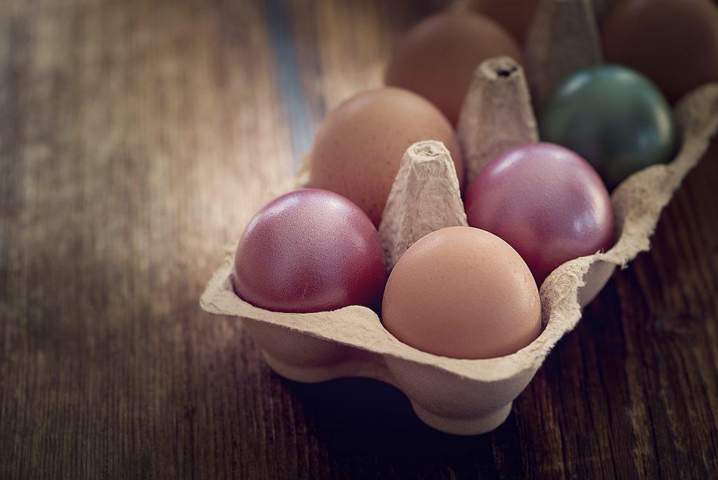 Натурально и без химии: как покрасить яйца на Пасху 2021 с помощью продуктов