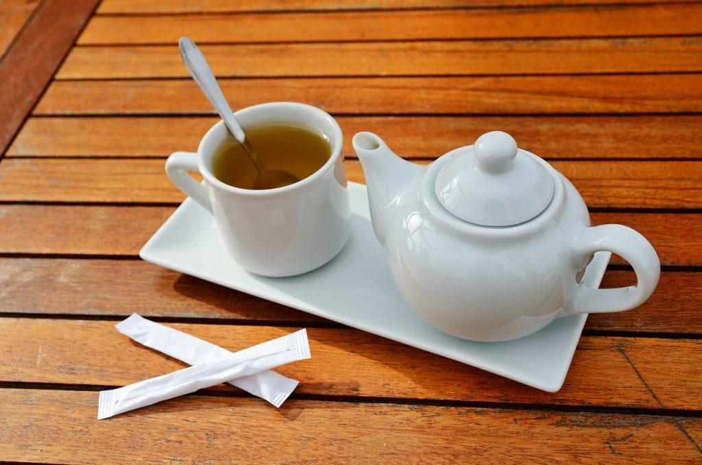 Частые ошибки во время питья чая, которые делают его вредным для здоровья