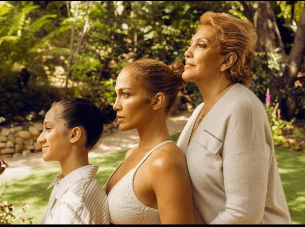 Три поколения: Дженнифер Лопес с матерью и дочкой снялась в новом кампейне