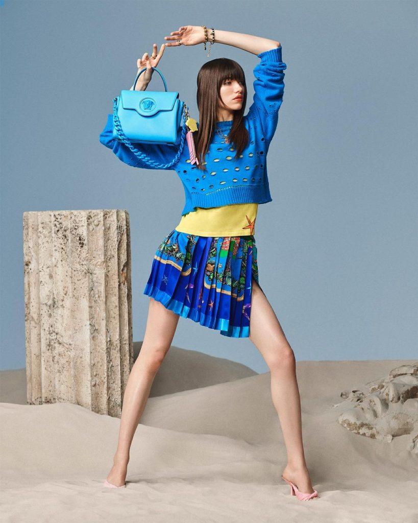 Свобода и красота природы: Versace выпустили линейку сумок в любимом цвете Донателлы Версаче