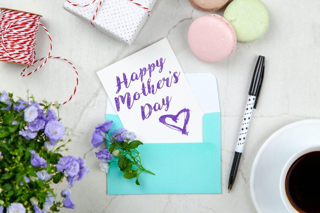 Когда празднуют День матери в 2021 году и о каком подарке мечтает большинство