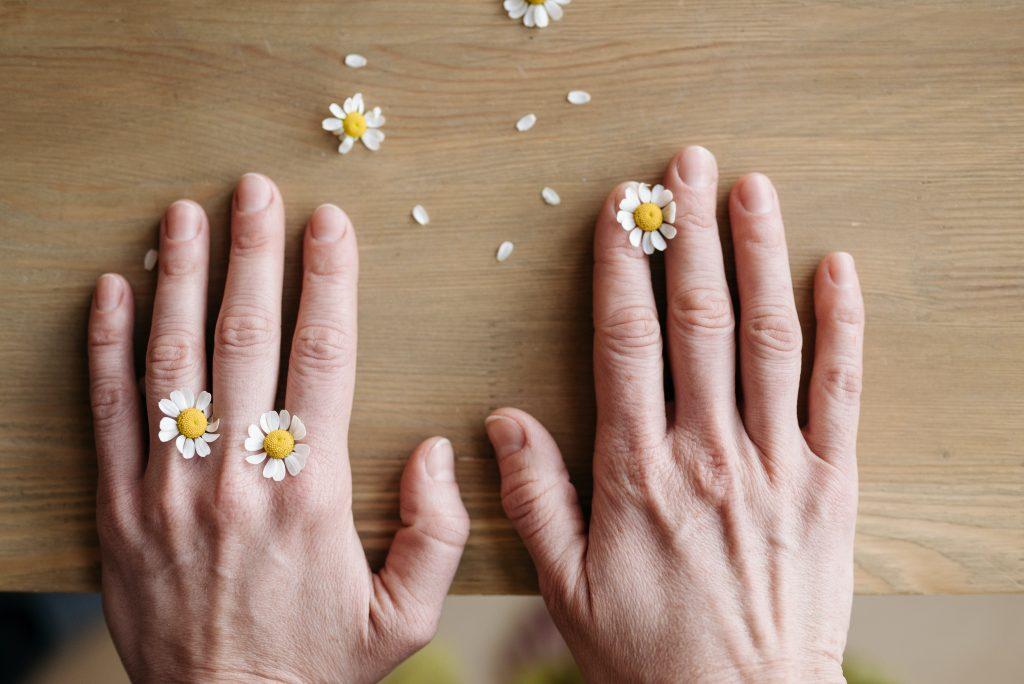 Странный симптом на ногтях, который говорит, что вы уже переболели COVID-19