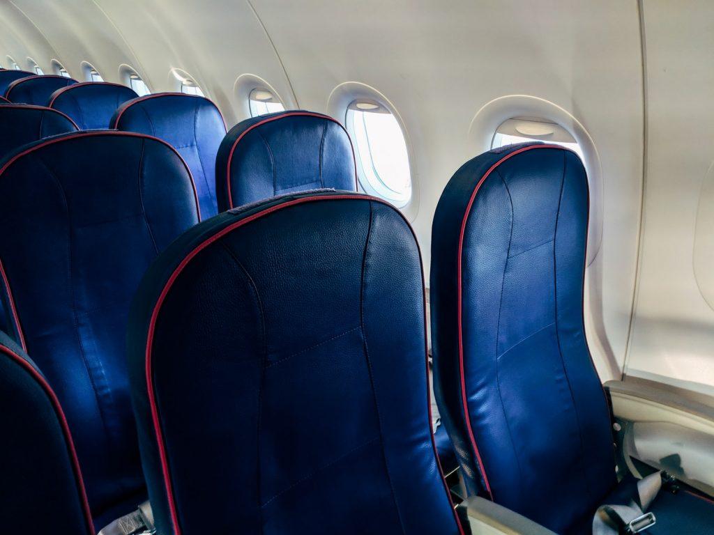 Убедительная причина не откидывать резко спинку сиденья в самолете