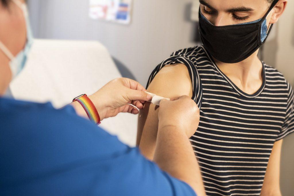 Что делать, если у вас аллергическая реакция на вакцину COVID-19