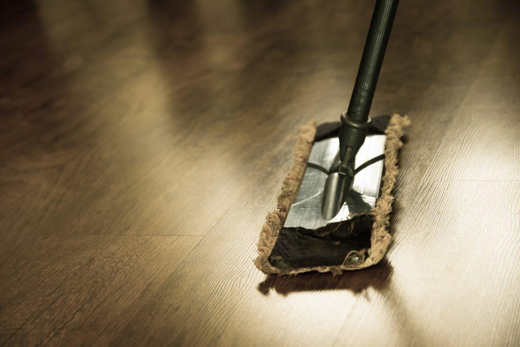 Ошибка во время уборки, которая разрушает ваш красивый деревянный пол