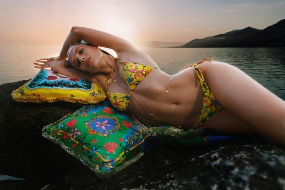 Для жарких дней: Versace выпустили коллекцию люксовых купальников