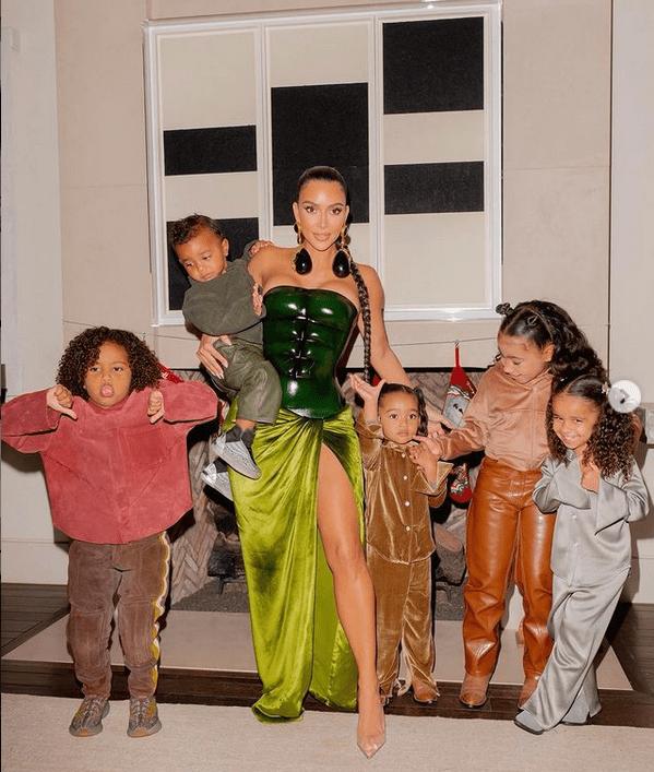 Пандемия не щадит никого: Ким Кардашьян и ее четверо детей тяжело переболели