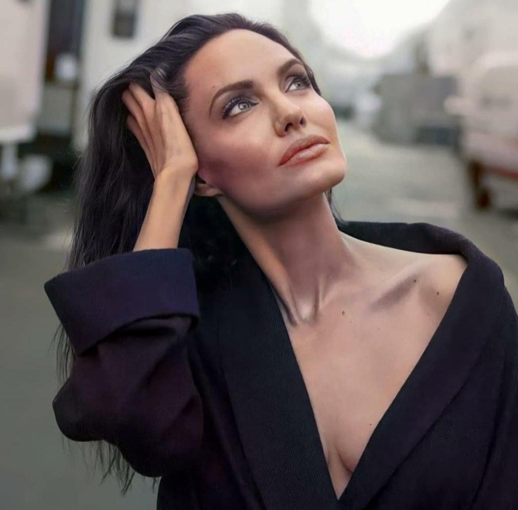 Анджелина Джоли заинтриговала новым тату