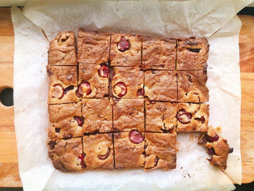Рецепт вкусных батончиков с черешней и шоколадом за 30 минут