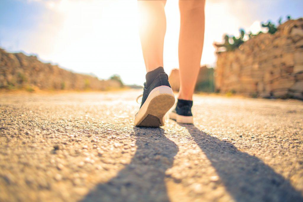 Как сжигать на 15% больше калорий во время обычной ходьбы