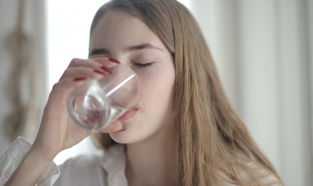 Причина №1, почему нужно начать пить горячую (а не холодную) воду летом