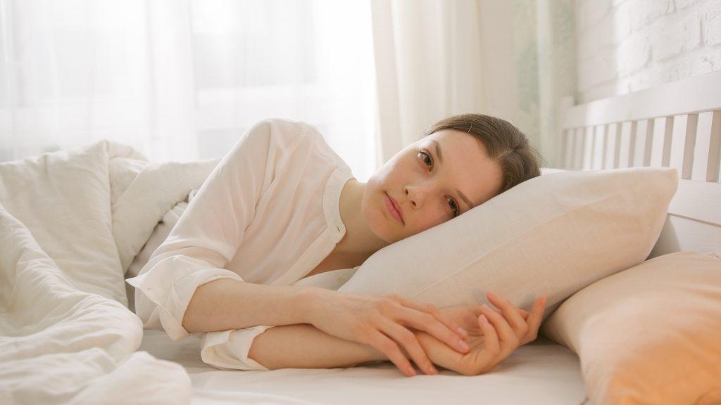 Привычка ночью, связанная с подушкой, которая незаметно вредит здоровью