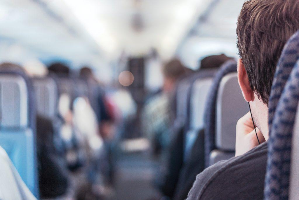 Как заснуть в самолете: 7 советов для путешествия без стресса