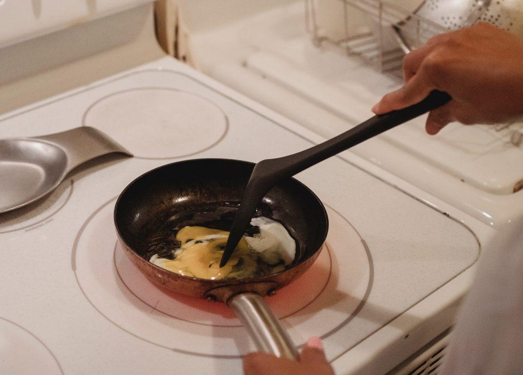Секрет приготовления самых пушистых яиц на завтрак от шеф-поваров