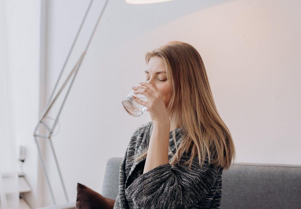 Эксперт рассказал, какую пить воду для пищеварения: горячую или холодную