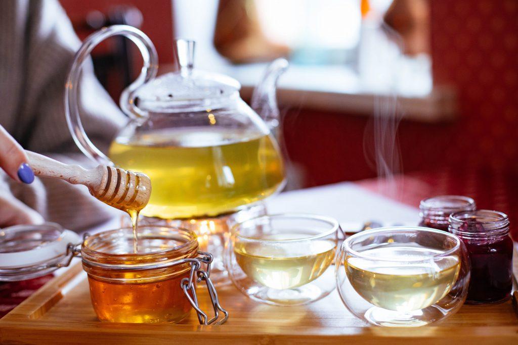 Станет ли мёд токсичным, если его добавить в горячий чай или кипяток?