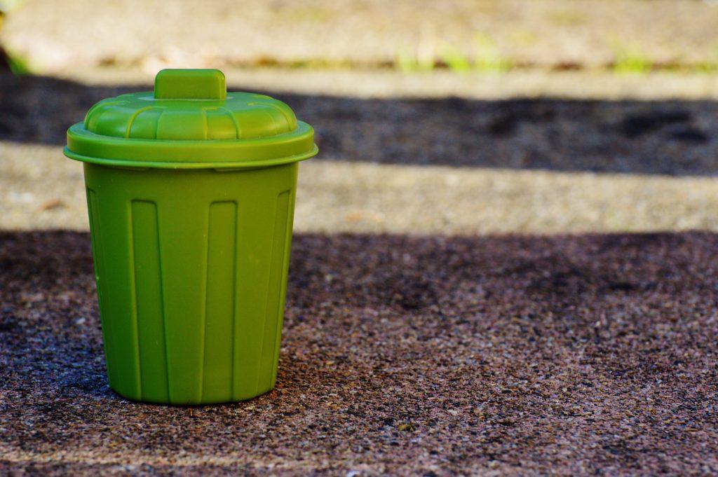 Способ №1, как предотвратить неприятный запах из мусорного ведра
