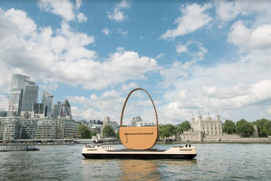 Невозможно не заметить: Burberry запустили огромную сумку по Темзе