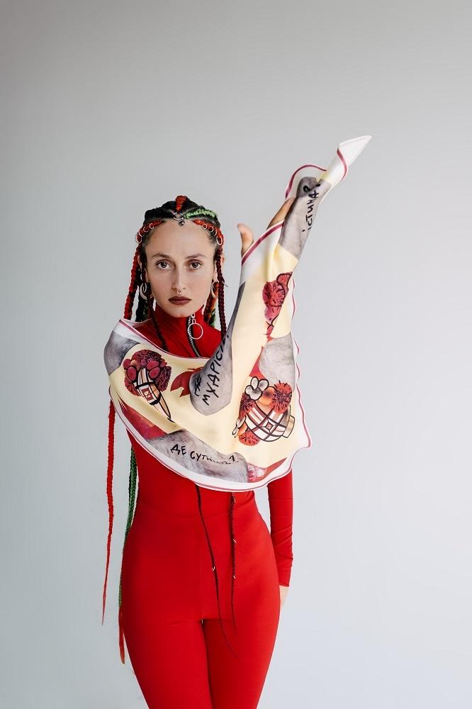 Певица Алина Паш создала собственную коллекцию шелковых платков